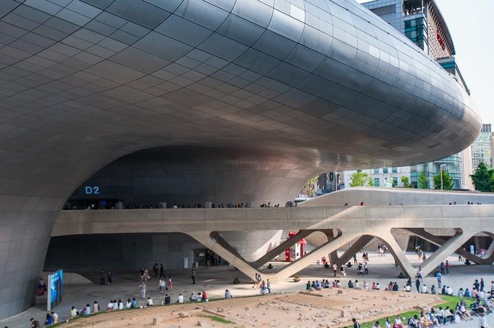 Tunnel/bridge at Dongdaemun Design Plaza