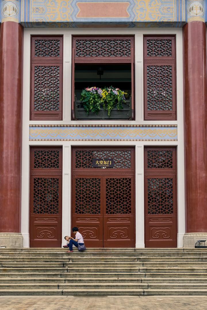 Woman sitting in front of the Sun Yat-sen Memorial Hall